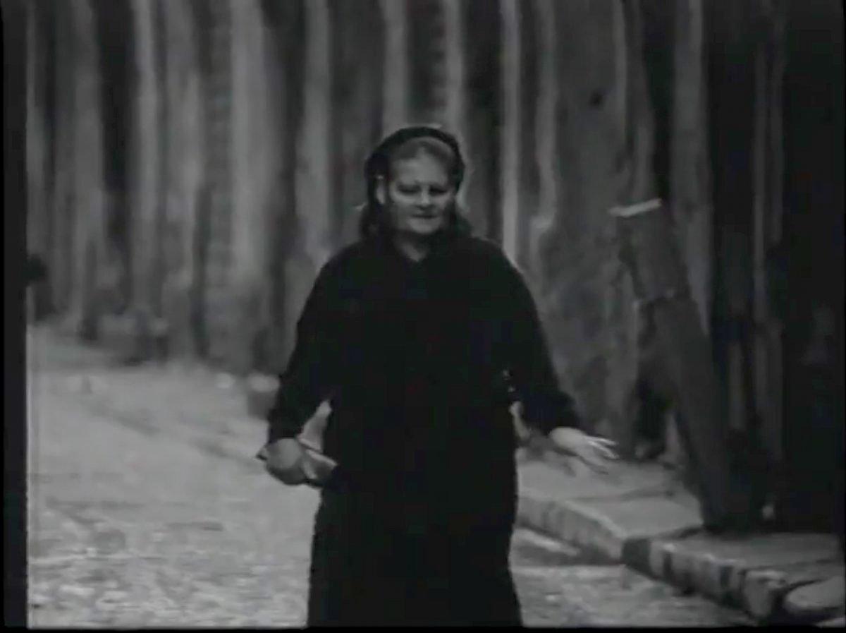 appunti-per-un-film-su-Tano-donna-cammina